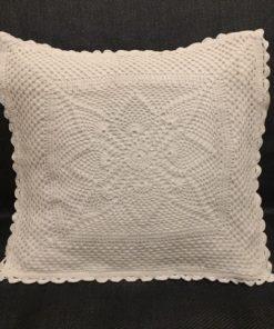 Beli heklani ukrasni jastuk