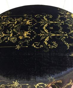 Svečani stoljnjak svileni pliš sa zlatnim printom