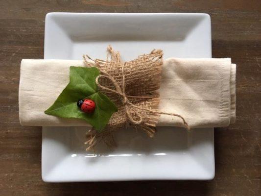 Prsten za salvete od jute i svežeg lista sa bubamarom