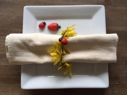 Prsten za salvete od cvetne grančice sa deko bubamarom