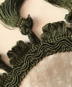 Alnada ovalna šustikla Beli pliš sa zelenim kićankama