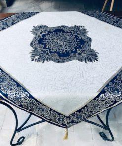 Beli stolnjak sa plavom bordurom