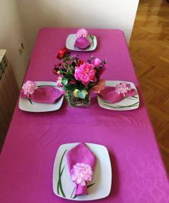 Pamučni roze stolnjak sa salvetama