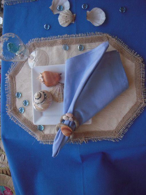 Plava salveta i prstenovi sa školjkama
