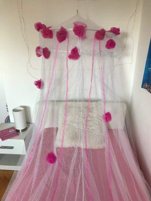 AlNada mrežasti baldahin beli sa ružama