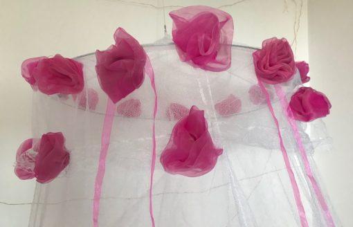 AlNada mrežasti baldahin beli sa ružama i trakama