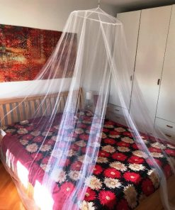 Beli mrežasti baldahin za bračni krevet