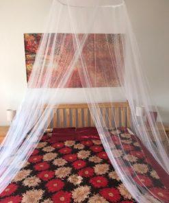 Beli mrežasti baldahin za bračni krevet detalj