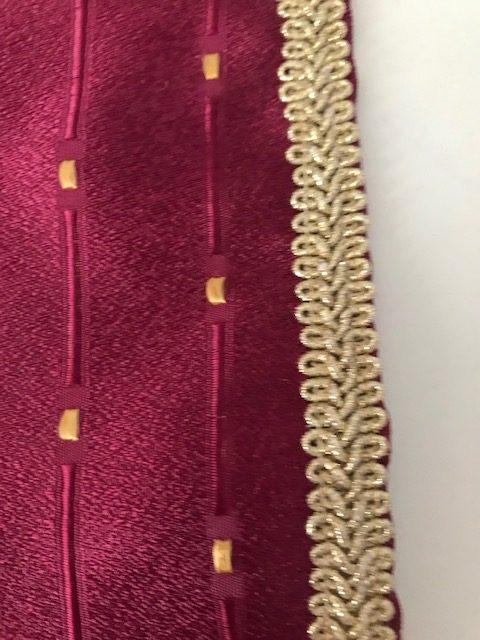 Ovalni bordo nadstolnjak sa zlatnim tačkama detalj