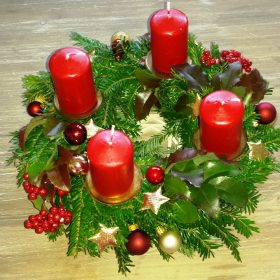 Adventni venac crvene sveće