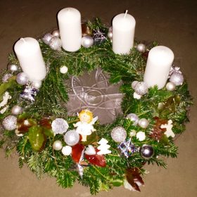 Adventskranz sa belim svećama