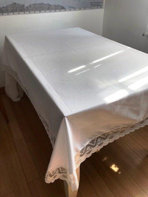 Alnada pamučni stolnjak sa čipkanim rubom