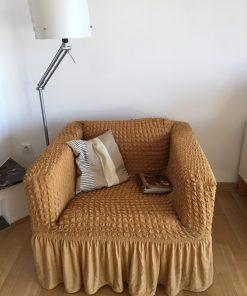 Elastična navlaka za fotelju Oker žuta u prostoru