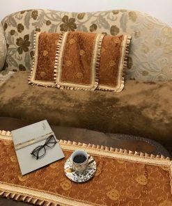 Stilski stoni raner sa ukrasnom trakom i plise porubom