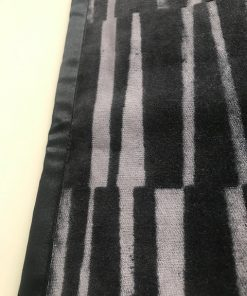 Stoni raner pliš sa crno sivim prugama detalj