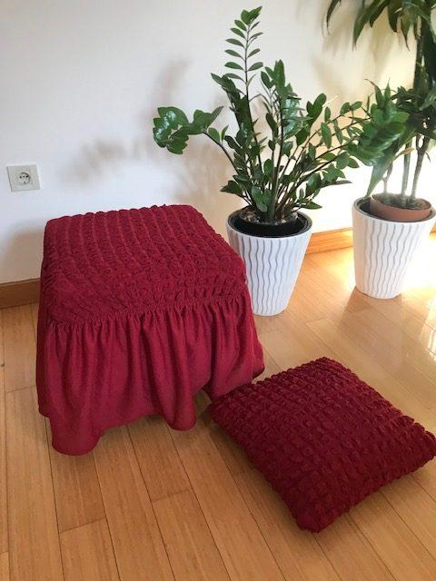 Dekorativni jastuk od elastičnog bordo materijala na kockice