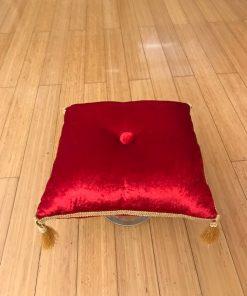 Ceremonijalno jastuče od pliša sa gajtanom i visećim kićankama