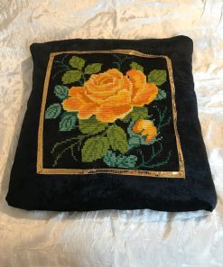 Dekorativni tkani goblen jastuk sa žutom ružom