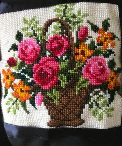 Cvetni buket u vazi ručno tkan